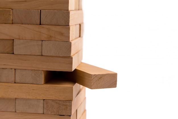 Sluit blokken omhoog houten spel dat op wit wordt geïsoleerd
