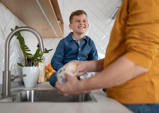 Sluit de afwas van de ouders