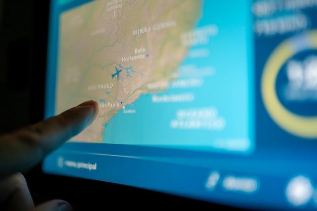 Sluit de beeldpassagier in het vliegtuig door het lcd-entertainmentscherm aan te raken
