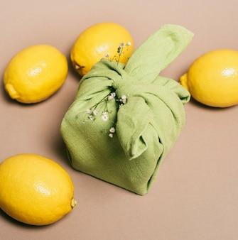 Sluit de citroenen naast het servet