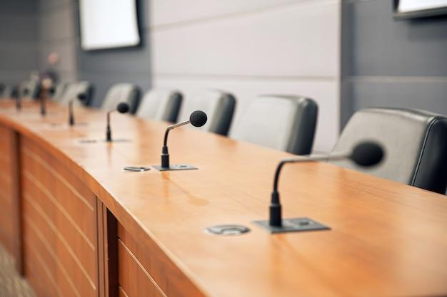 Sluit de conferentiemicrofoon op de vergadertafel.