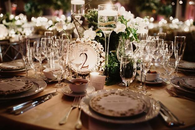 Sluit de glamour van de voorbereide tafel