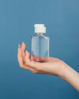 Sluit de hand met de fles van het handdesinfecterend middel