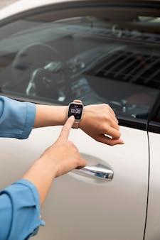 Sluit de hand met een smartwatch om de auto te vergrendelen