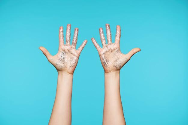 Sluit de handen met zilveren glitters en houd alle vingers apart terwijl je handpalmen laat zien