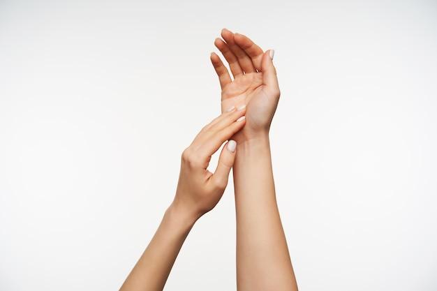 Sluit de handen van een mooie dame die elkaar zachtjes aanraken