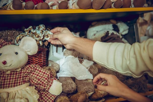 Sluit de handen van een vrouw die op zoek is naar woondecoratie en vakantiegeschenken in een huishoudelijke winkel