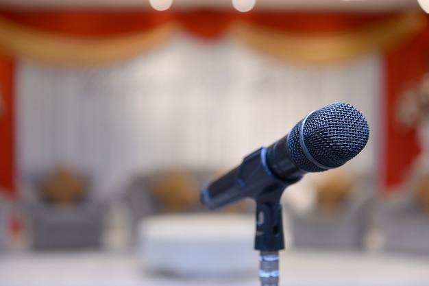 Sluit de microfoon op het podium in het auditorium