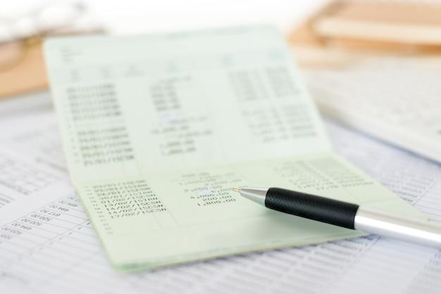 Sluit de rekeningafschriften van een bankboekbesparende rekening met een pen