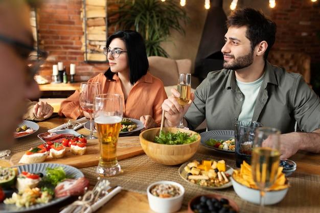 Sluit de reünie van vrienden bij restaurant