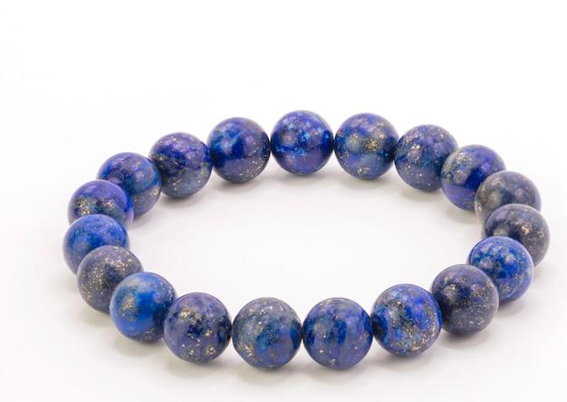 Sluit de steen van armbandlapis lazuli omhoog isoleren op wit