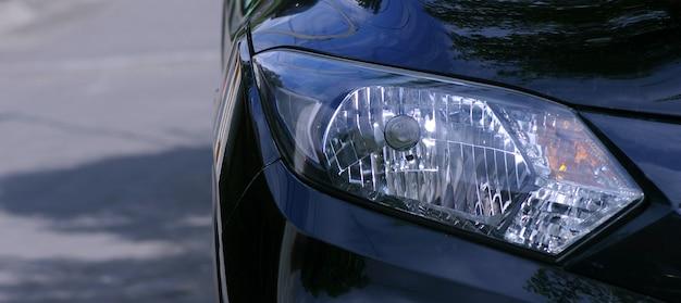 Sluit een autokoplamp met ondiepe scherptediepte