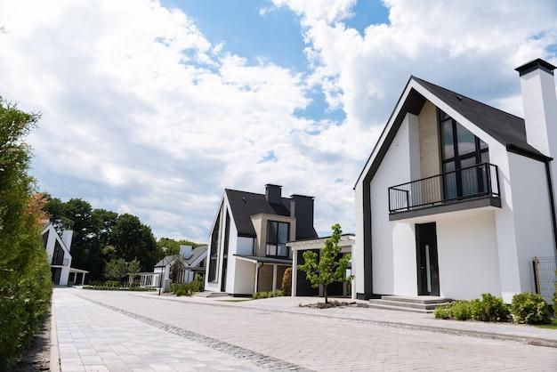 Sluit een mooie straat met veel huizen erop