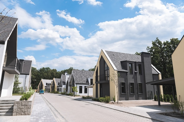 Sluit een straat met mooie nieuwe huizen erop