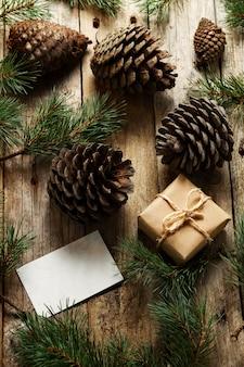 Sluit een verzameling dennenappels met kerstcadeau