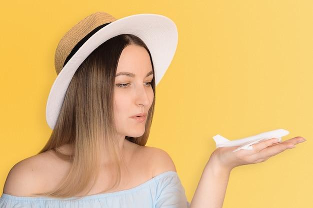 Sluit foto van het modelvliegtuig van de vrouw op geel omhoog