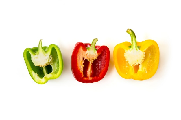 Sluit gehakte die en snijd groene paprika's op witte achtergrond worden geïsoleerd