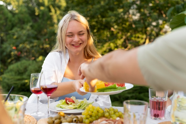 Sluit gelukkige vrienden af met heerlijk eten