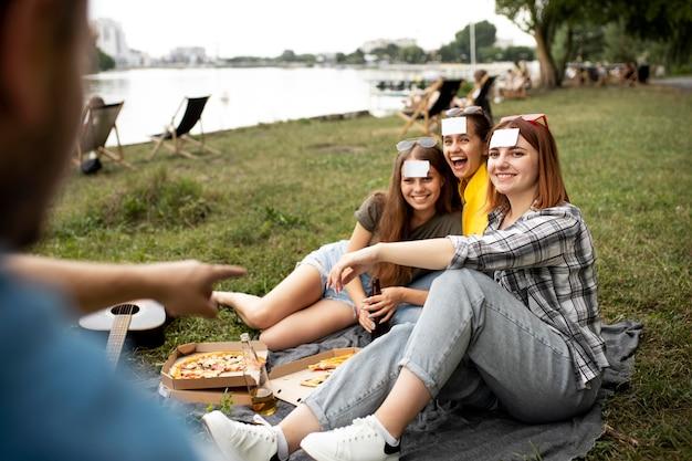 Sluit gelukkige vrienden af met pizza