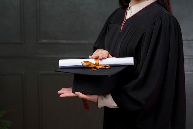Sluit graduatievrouw houdt omhoog glb en certificaat