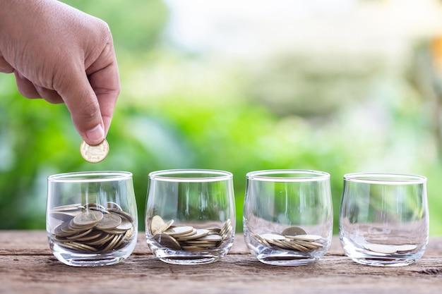 Sluit hand die muntstukken zetten in duidelijke geldkruik