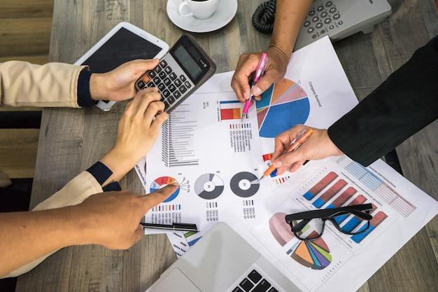 Sluit hand en diagramgrafiek voor het groepswerk van de planningsbedrijfsvergadering