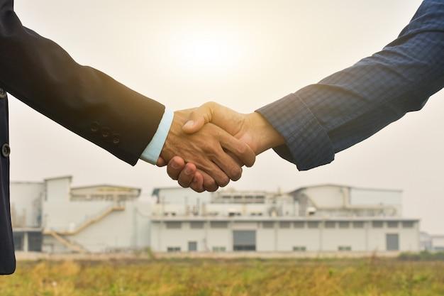 Sluit handen schudden het concept van het bedrijfsovereenkomstensucces