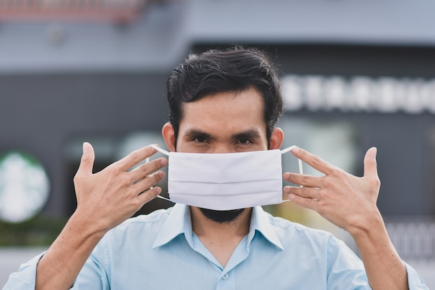 Sluit het aziatische masker van het mensengezicht omhoog beschermt coronavirus, pm2.5 voor nieuw normaal sociaal afstandsconcept