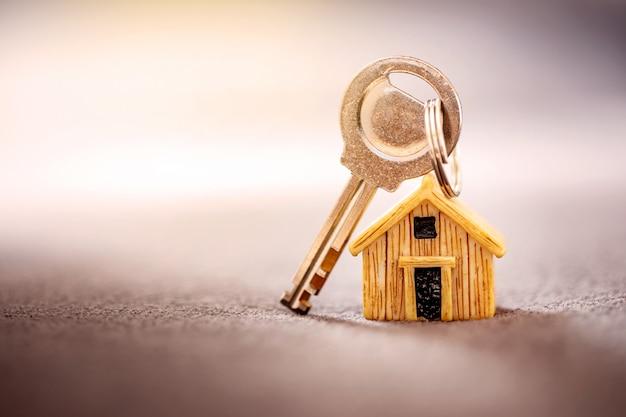 Sluit huismodel dat voor een hypotheek en een lening, een herfinanciering of een investering in onroerend goed wordt geplaatst