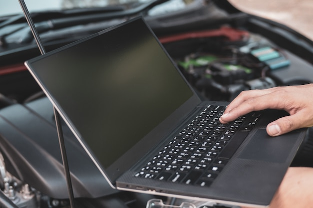Sluit ingenieurswerktuigkundige gebruikend electrnoic kenmerkend materiaal om een auto te stemmen