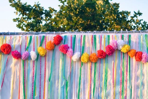 Sluit je gekleurde linten bij zonsondergang op een bruiloft