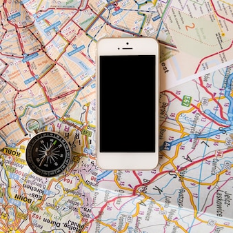 Sluit kaartachtergrond met telefoon omhoog