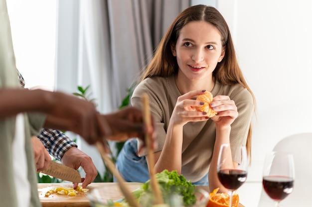 Sluit kamergenoten met eten binnenshuis