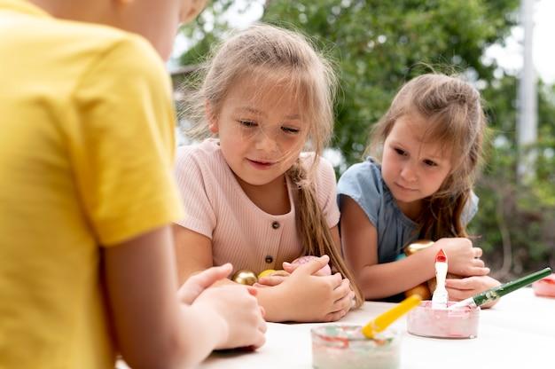 Sluit kinderen met penselen