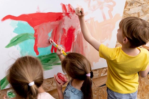 Sluit kinderen samen aan het schilderen