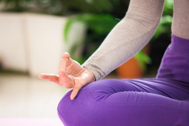 Sluit meditatie van de de yogaoefening van de vrouwenhand omhoog