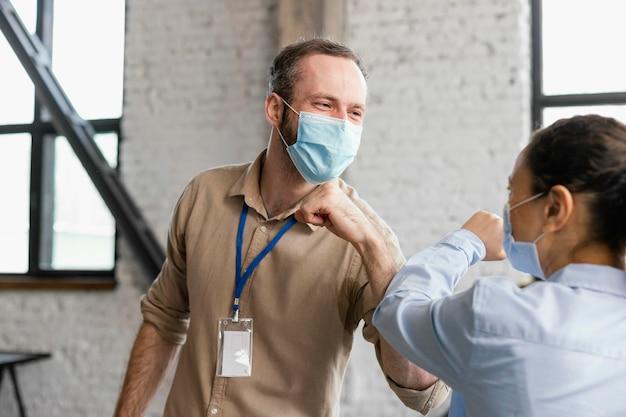 Sluit mensen die maskers dragen