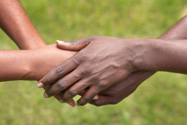 Sluit mensen hand in hand