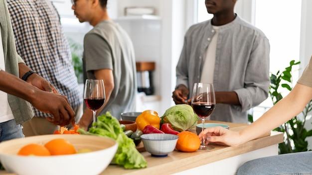 Sluit mensen in de keuken