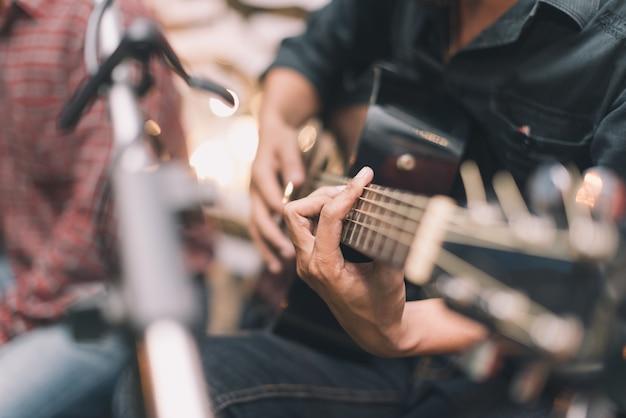 Sluit mensenhand omhoog speel een gitaar