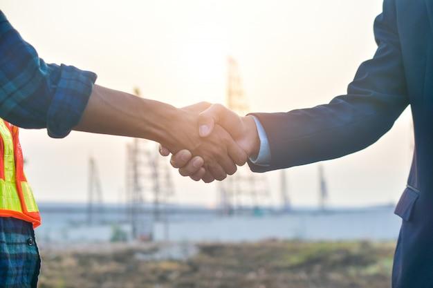 Sluit mensenhanden omhoog schok bedrijfsvennootschapsucces, het concept van de schokhand