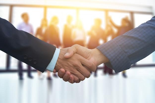 Sluit mensenhanden schudden het succes van het bedrijfsvennootschap, het concept van de schudhand, commerciële teamvergadering in het schaven van het bureauteamwork marketing project