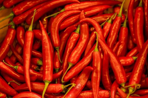 Sluit omhoog achtergrond van hete rode chileense peper.