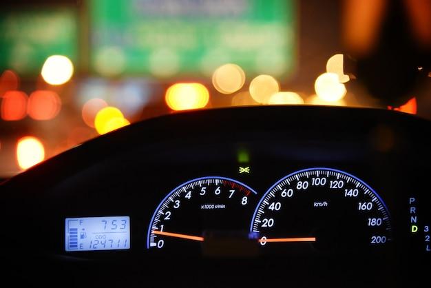Sluit omhoog autocontrolebord met nachtlicht van de weg.