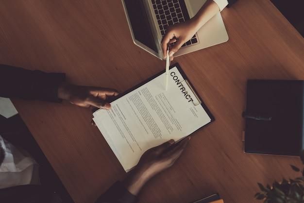 Sluit omhoog bedrijfscontractdealing eindigend concept