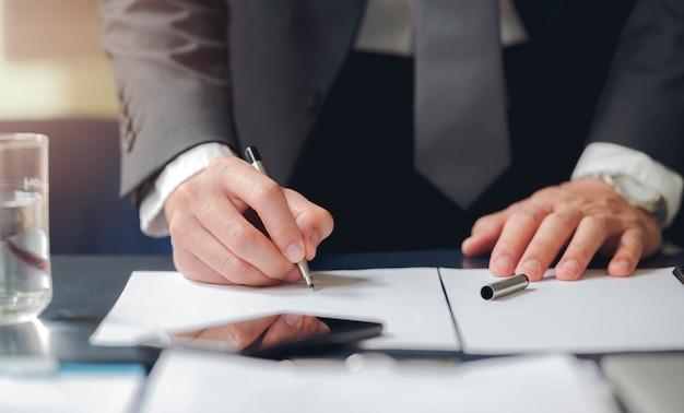 Sluit omhoog bedrijfsmens ondertekenend contract makend een overeenkomst, klassieke zaken.