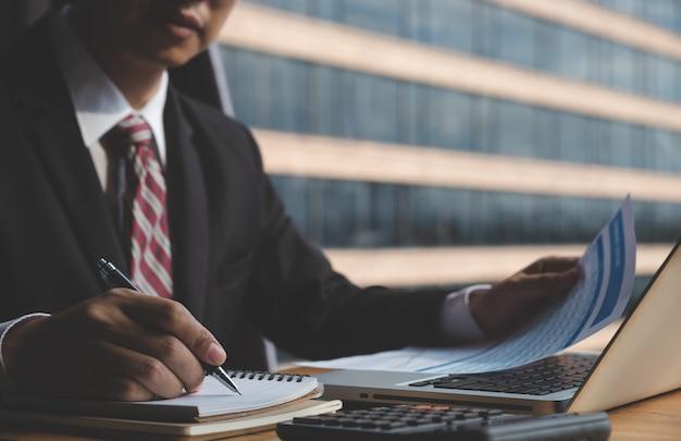 Sluit omhoog bedrijfsmens ondertekenend contract makend een overeenkomst