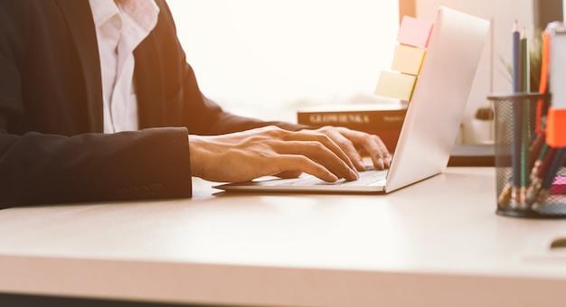 Sluit omhoog bedrijfspersoon die aan laptop computer werkt