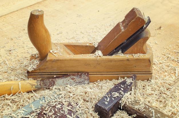 Sluit omhoog beeld van beitel en timmerwerkhulpmiddelen die voor houtwerk worden gebruikt