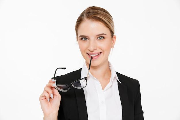 Sluit omhoog beeld van de glimlachende oogglazen van de blonde bedrijfsvrouwenholding